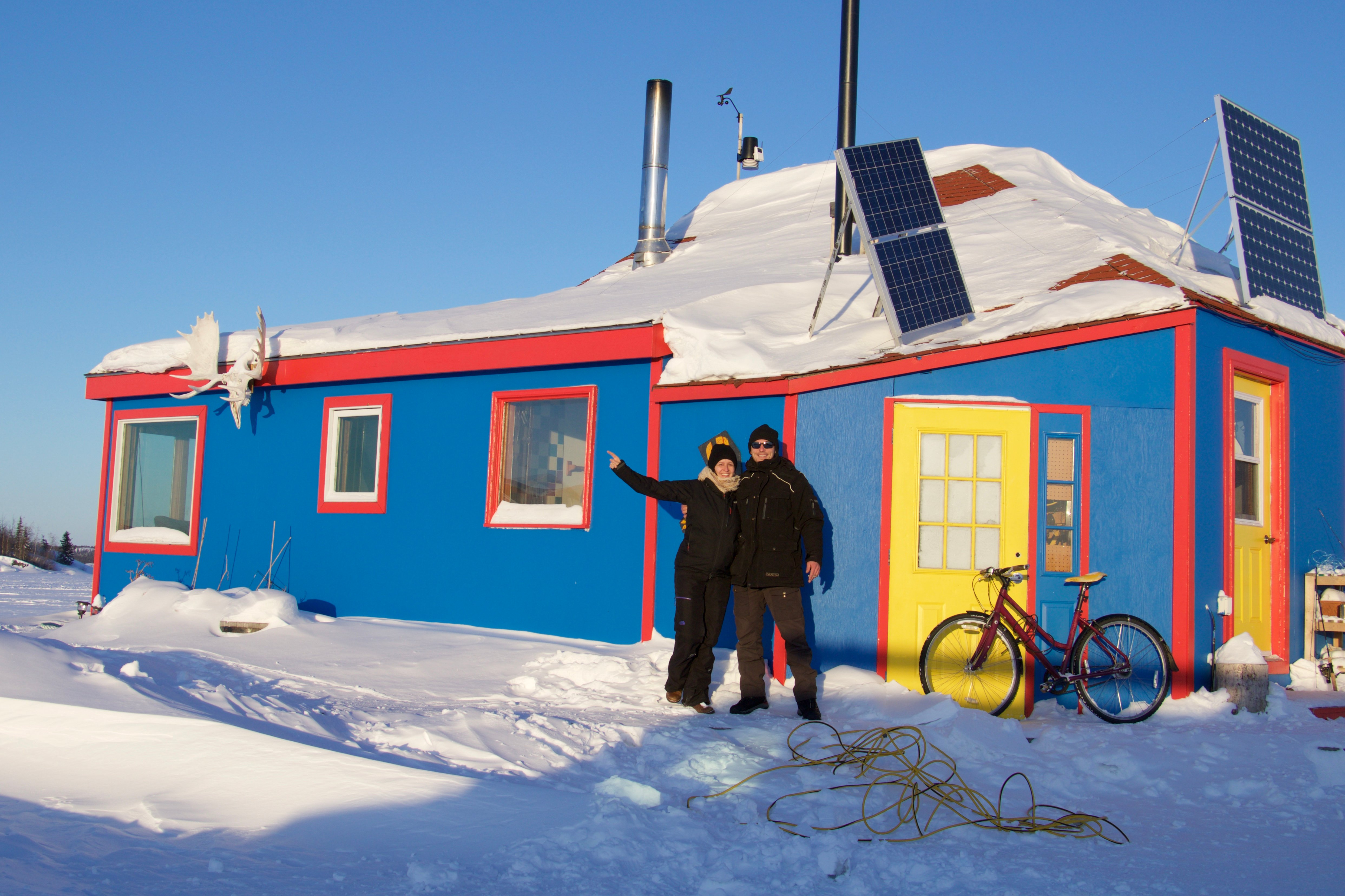 pvt-tno-adeline-yellowknife-BlueandRedHouseboat