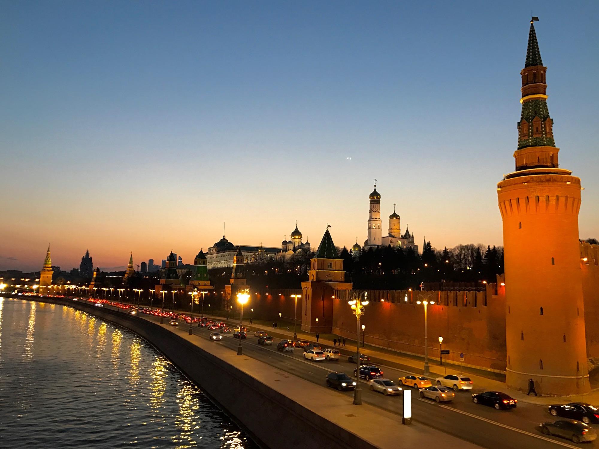 Moscou vue sur le Kremlin de nuit - Russie