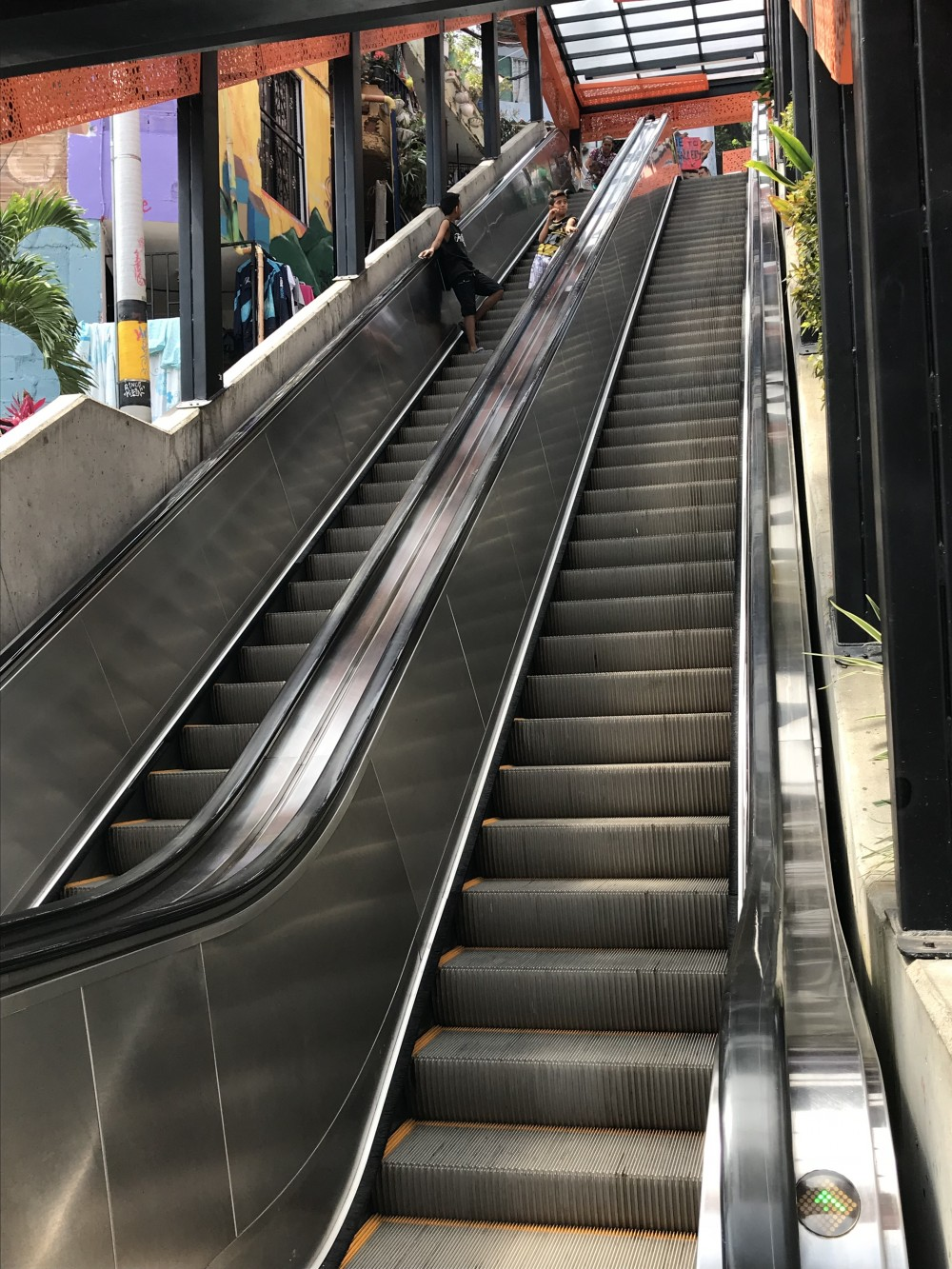 colombie-medellin-comuna13-escalator-helene